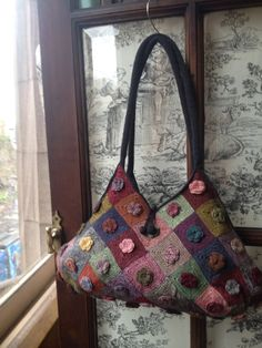 l'uccello: Sophie Digard brightens up our day --- try felted wool instead Crochet Shell Stitch, Knit Or Crochet, Crochet Handbags, Crochet Purses, Crochet Bags, Crochet Designs, Crochet Patterns, Motif Floral, Fabric Bags