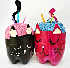 Gatos con botellas recicladas