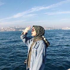 avuç içi kadar.. Hijabi Girl, Girl Hijab, Hijab Outfit, Ootd Hijab, Instagram Beach, Instagram Pose, Sibling Beach Pictures, Beach Photos, Beautiful Beach Pictures