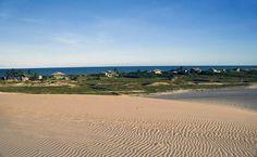 Também no Espírito Santo, Itaunas é umas das praias mais bonitas do estado e que atrai diversos turistas a região. O lugar conta com grandes dunas que cortam a região, além do Rio Itaunas.