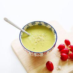 Velouté de brocoli : Pour 3-4 bols 1 gros brocoli 3-4 petites pommes de terre nouvelles 1 gousse d'ail 1 cube (ou 1 càs de poudre) de bouillon de légumes 1 càc de moutarde 1 morceau de citron Eau Huile d'olive
