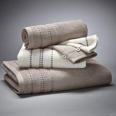 Lot 1 drap de bain + 2 serviettes + 2 gants, 420 g La Redoute Interieurs : prix, avis & notation, livraison.  Le lot de 5 pièces de linge de toilette coordonné, travaillé dans des tons chics pour une salle de bain raffinée.Le lot de linge de toilette, finition liteau en fils viscosecomprend :- 1 drap de bain uni, dimensions 70 x 130 cm- 2 serviettes de toilette (1 blanche, 1 couleur), dimensions 50 x 90 cm- 2 gants de toilette (1 blanc, 1 couleur), dim...