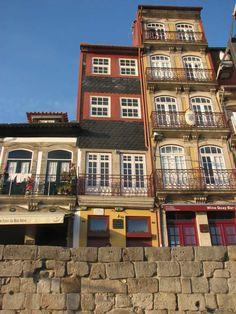 Ken je het Portugese gerecht Bacalhau à Gomes de Sá? Dit kabeljauw recept uit Porto is ooit bedacht door José Luís Gomes de Sá. Ter nagedachtenis aan hem en aan zijn kabeljauwgerecht, hangt er een bordje aan de voorgevel van het huis waar hij in 1851 is geboren. #kabeljauw #recept #Portugal Portugal, Mansions, House Styles, Home Decor, Cod Fish, Porto, Fine Dining, Manor Houses, Villas
