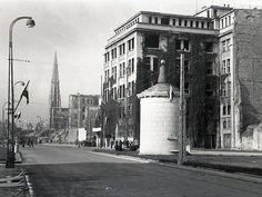 """Trochę nam się pozmieniało .... Trasa W-Z w 1949 r. Na pierwszym planie słynna Gruba Kaśka, za nią budynek Centrali Telefonicznej """"PAST"""" Został rozebrany w 1950 roku. W tle wieża kościoła Ewangelicko-Reformowanego."""