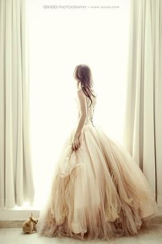 Oooooh I quite love the bottom half of this wedding dress and the way the material creates the layers...