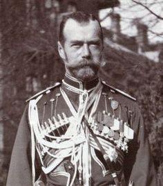 De Russische tsaar Nicolaas II had een zieke zoon. In de hoop dat zijn zoon zou genezen, nodigde hij Grigori Raspoetin uit in zijn paleis om zijn zoon te behandelen. Op de foto is tsaar Nicolaas II te zien.