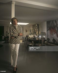 Paris, July 1997, the designer Andree PUTMAN her home in the living room of his loft among the stars of Garouste, Alechinsky Schnabel ,,, the chairs are Ruhlman, the table-Dupre Laffont .