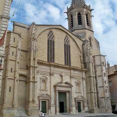 Le diocèse de Carpentras est fondé au 6°s et rattaché à celui d'Avignon en 1801. La cathédrale actuelle date du 15° et est typique du gothique méridional: une large nef centrale flanquée de chapelle et s'achevant sur un choeur plus étroit. Il n'y a pas de transept ni de déambulatoires. Des vestiges divers occupent le N de la cathédrale: des portions de l'ancien cloître, des vestiges de l'édifice roman précédent et un arc de triomphe romain du I°s