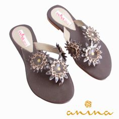 Sandalías ANINA con aplique en flores de cuero. Whatsapp +57 3215012513 #leather #cuero #sandals #sandalias #shoes #zapatos #fashion #moda #style #estilo #ANINA