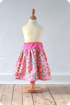 Som lovet kommer her en vejledning til, hvordan man syr en dansenederdel med linning . Det specielle ved denne nederdel er, at linn...