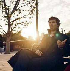 It looks like he's manifesting a green energy ball Sherlock Holmes Quotes, Sherlock Bbc, The Blue Carbuncle, My Best Friend, Best Friends, Benedict And Martin, Bbc Tv Series, Benedict Cumberbatch Sherlock, 221b Baker Street
