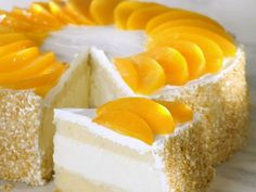 New Easy Cake : Quark-Pfirsich-Torte - smarter - Zeit: 1 Std. Baked Meringue, Meringue Cake, Peach Cake, Pie Cake, Pastry Cake, Sweet Cakes, Delicious Desserts, Cupcake Cakes, Cake Decorating