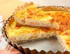 A quiche é tradicionalmente uma torta aberta com massa à base de creme de leite e ovos e recheada com bacon. Mas existem diversas variações de recheios