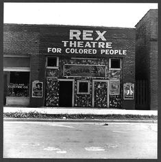 The Rex Theatre for Colored People was located in Leland, Mississippi. According to the Library of Congress, this photo was taken in June 1937 by Dorothea Lange. Black Power, Old Photos, Vintage Photos, Vintage Photographs, Antique Photos, Vintage Ads, Coloured People, Jim Crow, Great Depression