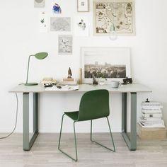 Une chaise uniformément vert forêt avec l'assise et le piètement, Muuto