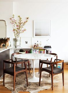 25 Exciting Mid Century Small Dining Room Design And Decor Ideas - Page 15 of 24 Cottage Dining Rooms, Dining Room Sets, Dining Room Design, Dining Room Furniture, Dining Room Table, Living Room, Kitchen Chairs, Mid Century Modern Dining Room, Modern Dining Table