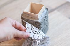 DIY Laced Concret Plastic lace Runner, the kind you find in stores, one-time household items - The bottom of the carton of milk / juice, or any other container that can contain fluids and suitable in Diy Concrete Planters, Concrete Molds, Concrete Crafts, Concrete Projects, Cement Art, Concrete Art, Concrete Design, Plastic Lace, Concrete Furniture