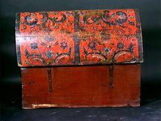 Kiste med buet lokk. Rosemalt på lokk og tre sider. Dekor, hylle og leddik innvendig.