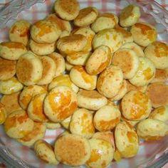 Receita de Salgadinho de Queijo - 150 gr de parmesão ralado, 1 colher (chá) de sal, 5 unidades de gema de ovo, 700 gr de margarina, 1 kg de farinha de trigo...