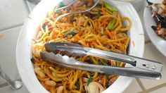 Noodles cinesi con gamberi e verdure a Shanghai ricetta originale cinese noodles