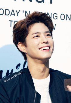 Park Bo-gum ~ he isn't my type but I love his smile Asian Actors, Korean Actors, Park Bo Gum Cute, Park Bo Gum Wallpaper, Park Go Bum, Park Hyung, Song Joong, Park Seo Joon, Divas