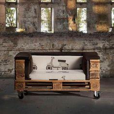 Der Sessel aus Paletten mit Rollen ist mobil und vielseitig einsetzbar. Klasse für lange Filmabende daheim!