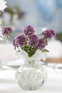 Muranos de Paula Bassini com flores delicadas na mesa do brunch em comemoração ao batismo do nosso querido sobrinho Daniel.