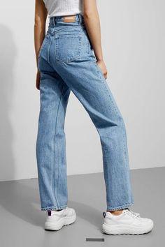 Model side image of Weekday row sky blue jeans in blue - outfits. Blue Jeans, Lässigen Jeans, Casual Jeans, Ripped Jeans, Trendy Jeans, Outfit Jeans, Formal Casual Outfits, Jean Outfits, Fashion Outfits