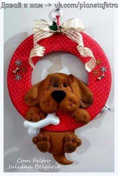 Eu Amo Artesanato: Guirlanda de Cachorro em Feltro com molde Dog Crafts, Christmas Projects, Felt Crafts, Holiday Crafts, Diy And Crafts, Crafts For Kids, Felt Christmas, Christmas Wreaths, Christmas Ornaments