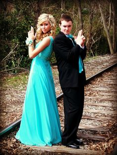 country prom picture ideas for couples Creative Prom Pictures, Prom Pictures Couples, Prom Couples, Dance Pictures, Couple Pictures, Couple Ideas, Homecoming Poses, Homecoming Pictures, Prom Photos