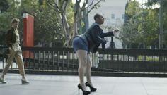 Un hombre vestido con americana y corbata pasea tranquilamente por la cuidad, pero hay algo en él que llama la atención: lleva unos pantalones cortos exageradamente ceñidos y calza zapatos de tacón de mujer. De repente, se pone a bailar agitando el trasero al ritmo de Pussycat Dolls, ante la mirada estupefacta