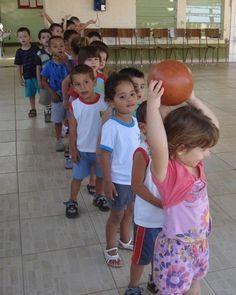 brincadeira com bola para crianças
