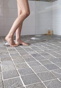 Ce carrelage de sol de salle de bain en pierre de schiste apporte une touche naturelle, brute et tellement design à votre douche.