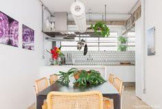 O estilo industrial é a primeira coisa que chama a atenção nesse apartamento, porém um olhar mais demorado mostra que a decoração mistura referências.