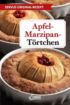 Unwiderstehlich köstlich und saftig ist dieser Apfel-Marzipan-Kuchen. In kleinen Tarteförmchen gebacken, besticht er nicht nur durch seinen sinnlich süßen Geschmack, sondern ist auch ein wahrer Hingucker. #nachspeise #dessert #rezepte #rezept #rezeptideen #hausmannskost #ichliebeessen #österreich #österreichischeküche #kochen #regionaleküche #regionalkochen  #servus #servusmagazin #servusinstadtundland Muffin, Pie, Breakfast, Desserts, Food, Vegetarian Recipes, Apple Tea Cake, Torte, Morning Coffee