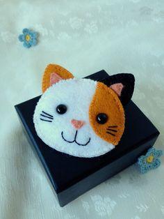 Cette petite broche chaton calico vous accompagnera dans tous vos déplacements. Elle aime rencontrer de nouvelles personnes et bavarder autour d'un café.  Fait sur commande! S'il vous plaît permettre 1-2 semaines compléter.  * Fabriqués à partir de pure laine, doux au toucher * Sécurise en place avec une épingle au dos * Les couleurs sont le blanc, citrouille orange et noir * A deux yeux minuscules sécurité noir, un sourire heureux et six moustaches  Dimensions: Largeur de l'oreille à…