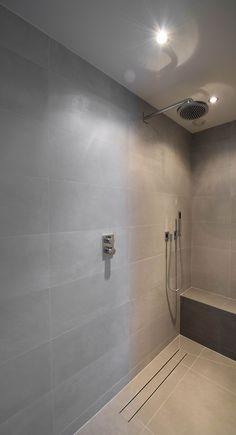 Voor de doucheproducten is gekozen voor de degelijkheid van het merk Dornbracht. Qua design een zeer strakke uitvoering, wat versterkt wordt door de keuze voor inbouw en de toepassing van de staaf handdouche in de doucheruimte. Bathroom Inspo, Bathroom Inspiration, Bathroom Interior, Master Bathroom, Shower Fixtures, Shower Drain, Bathroom Toilets, Dream Bathrooms, Modern Bathroom Design