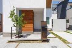 Light well: 株式会社トランスデザインが手掛けたオリジナル家です。 Light Well, Garage House, Japanese House, Minimalist Home, Detached House, Entrance, Yard, Exterior, House Design