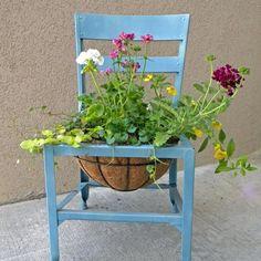Une chaise comme bac à fleurs