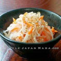 Houhaku Namasu is a simple side dish consisting of lightly pickled daikon radish and carrot. It is a traditional part of New Year Osechi Ryori ❤ little japan mama ❤: January 2014 Radish Recipes, Bento Recipes, Asian Recipes, Cooking Recipes, What's Cooking, Diakon Radish Recipe, Daikon Recipe, Namasu Recipe, Asian Kitchen