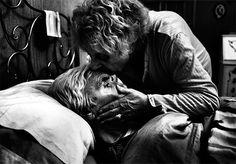 Série de fotos mostra o dia a dia de esposa cuidando do marido com Alzheimer