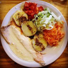 Me encanta comer cosas típicas en cada lugar que voy. Y en #Bariloche disfrutamos una trucha exquisita! Nos la sirvieron con salsa de limón y verduras de la huerta. Hacía años que no comía tomates con tanto sabor a.... tomates!!! Por la ventanita de esta pequeña cabaña de #ColoniaSuiza podes ver su huerta cuidadita y prolija. Vale repetir? #CircuitoChico #Patagonia #Argentina