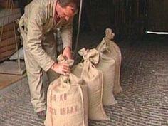 De wieken van de molen draaien. Hierdoor kan het graan gemalen worden. Gemalen graan noemen we meel. Het meel gaat in zakken om verkocht te worden.
