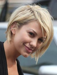 Kort frisyr blond snedlugg