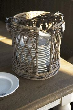 Willow plate holder