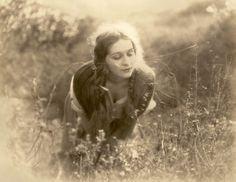 havefun22: Marguerite De La Motte.1924 In the meadow