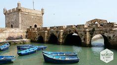 Als we aankomen in het wit met blauwe vissersplaatsje valt me als eerst het temperatuurverschil op. #vissersboten #fish #Essaouira #Morocco #Marokko #stadsmuur