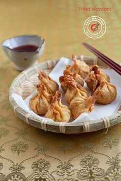 Fried wontons – Homemade, crispy and delicious wontons with simple everyday ingredients. Learn how to make these delicious Chinese dumpling. Easy Chinese Recipes, Easy Delicious Recipes, Asian Recipes, Yummy Food, Asian Foods, Thai Recipes, Wonton Recipes, Pork Recipes, Snack Recipes