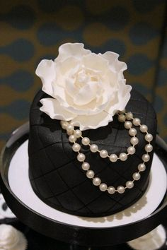 MOther s Day cake So chic! What a beautiful mothers day cake for those that don't like loud colors and a bunch of flowers! Gorgeous Cakes, Pretty Cakes, Cute Cakes, Amazing Cakes, Bolo Chanel, Chanel Cake, Chanel Party, Chanel Mini, Fancy Cakes