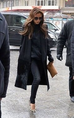 Victoria Beckham's style Mode Victoria Beckham, Victoria Beckham Outfits, Victoria Beckham Fashion, Victoria Beckham Clothing, Skinny Jeans Kombinieren, Vic Beckham, Edgy Outfits, Fashion Outfits, Skirt Outfits